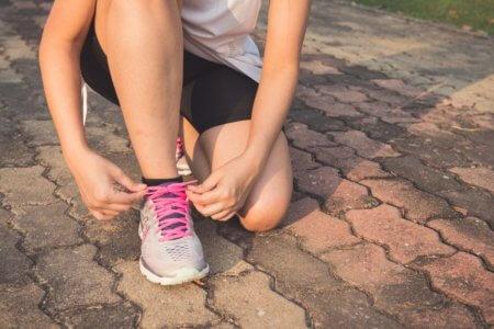 come allacciare le scarpe da corsa
